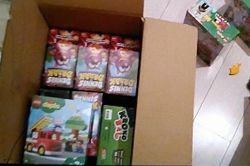https: img.okezone.com content 2021 06 16 18 2425891 bocah-ini-terima-kotak-mainan-lego-isi-kokain-untuk-hadiah-ulang-tahun-IuHvBG2Q05.jpg