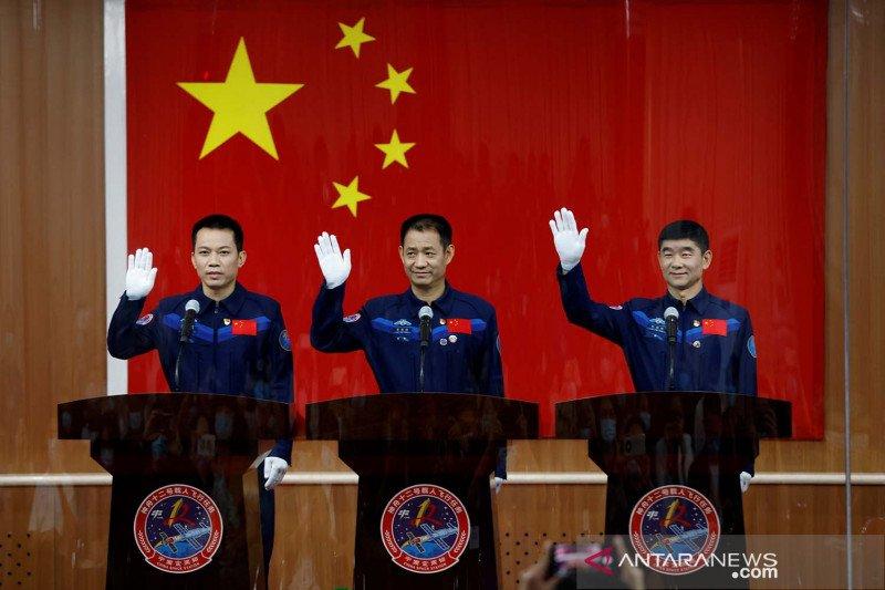 https: img.okezone.com content 2021 06 16 18 2426167 china-luncurkan-misi-luar-angkasa-berawak-pertama-dalam-lima-tahun-umwr935hnV.jpg