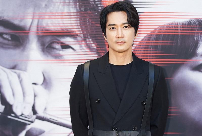 https: img.okezone.com content 2021 06 16 206 2426101 usaha-song-seung-heon-lepas-dari-bayang-bayang-jang-hyuk-dan-lee-jin-wook-di-voice-4-lf648INlkw.jpg