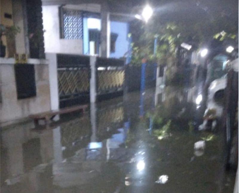 https: img.okezone.com content 2021 06 16 338 2425810 diguyur-hujan-perumahan-narogong-bekasi-terendam-banjir-1-meter-ooAi0qQu62.jpg