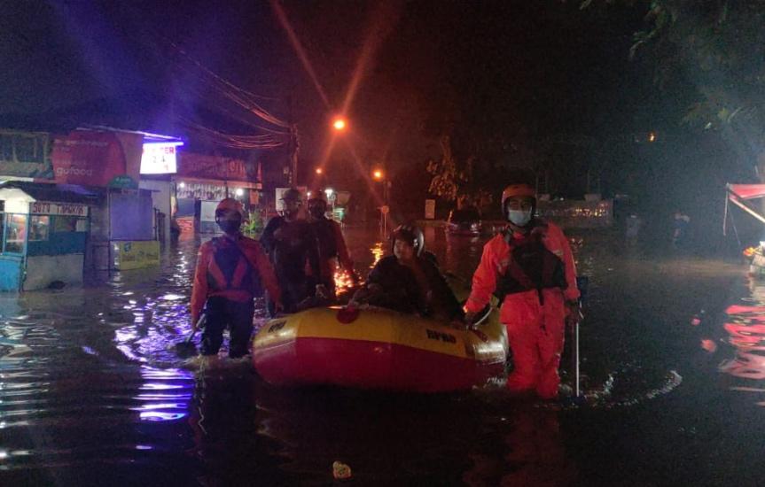 https: img.okezone.com content 2021 06 16 338 2425850 hujan-deras-sejumlah-kecamatan-di-kota-bekasi-terdampak-banjir-ESzEPrgd5C.jpg