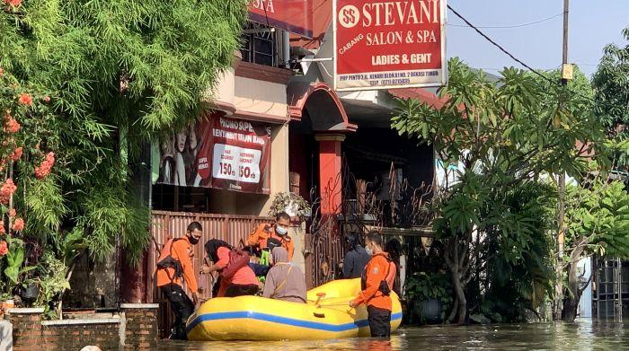 https: img.okezone.com content 2021 06 16 338 2425920 perumahan-pondok-hijau-permai-bekasi-masih-dilanda-banjir-2424myAAa8.JPG
