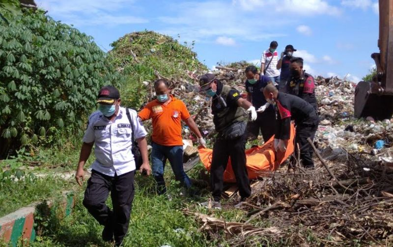 https: img.okezone.com content 2021 06 16 519 2426375 bersihkan-eceng-gondok-di-sungai-pria-ini-temukan-mayat-MTHLlBOGO7.jpg