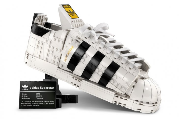 https: img.okezone.com content 2021 06 17 194 2426667 lego-x-adidas-kolaborasi-hidupkan-kembali-sneaker-superstar-BbYYg3Bizg.jpg
