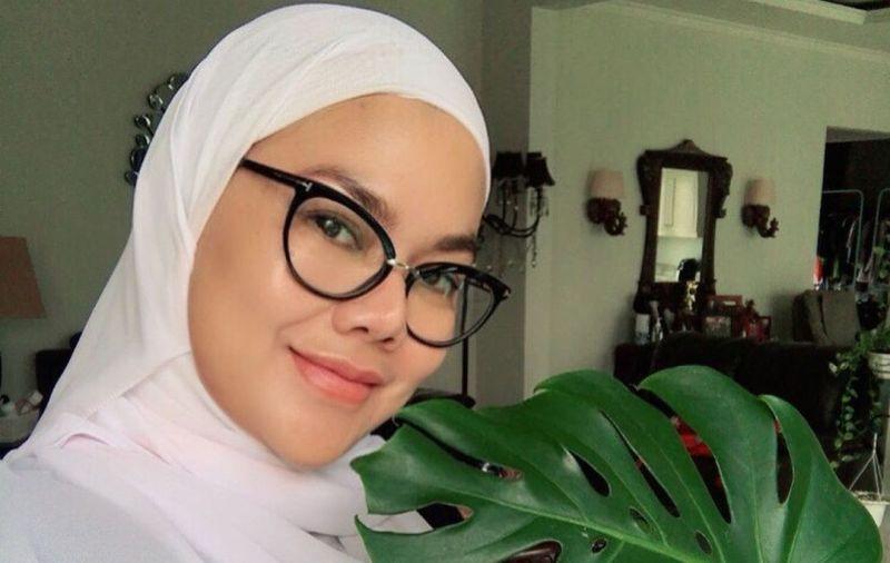 https: img.okezone.com content 2021 06 17 33 2426536 penampilan-sarita-abdul-mukti-tak-berhijab-hebohkan-media-sosial-uXagLMUrEH.jpg