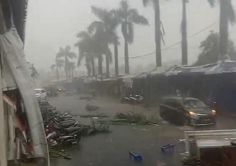 https: img.okezone.com content 2021 06 17 525 2426804 hujan-es-dan-angin-kencang-melanda-bandung-gerobak-pedagang-terbalik-HK8ouAp1rb.jpg