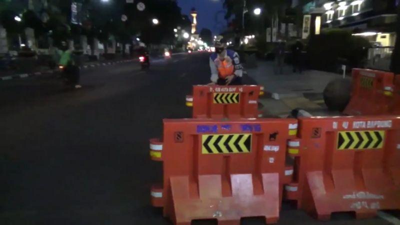 https: img.okezone.com content 2021 06 17 525 2426917 terapkan-ppkm-mikro-23-ruas-jalan-di-bandung-ditutup-pukul-18-00-hingga-05-00-wib-ZxDfakZJPF.jpg