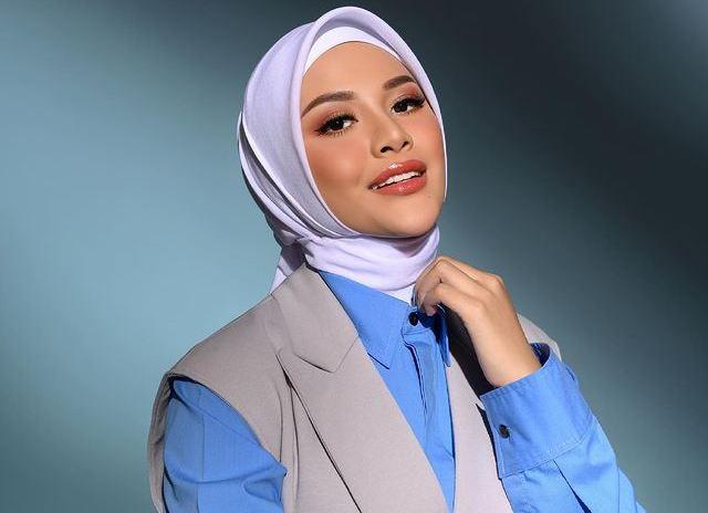 https: img.okezone.com content 2021 06 17 617 2426881 4-inspirasi-gaya-hijab-terbaru-aurel-hermansyah-modis-dan-glamor-801LAYFkiZ.jpg
