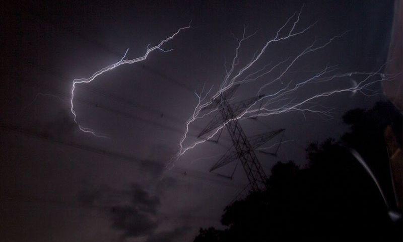 https: img.okezone.com content 2021 06 18 338 2427103 hati-hati-jakarta-siang-ini-berpotensi-hujan-disertai-petir-dan-angin-kenceng-f4e4292fll.jpg