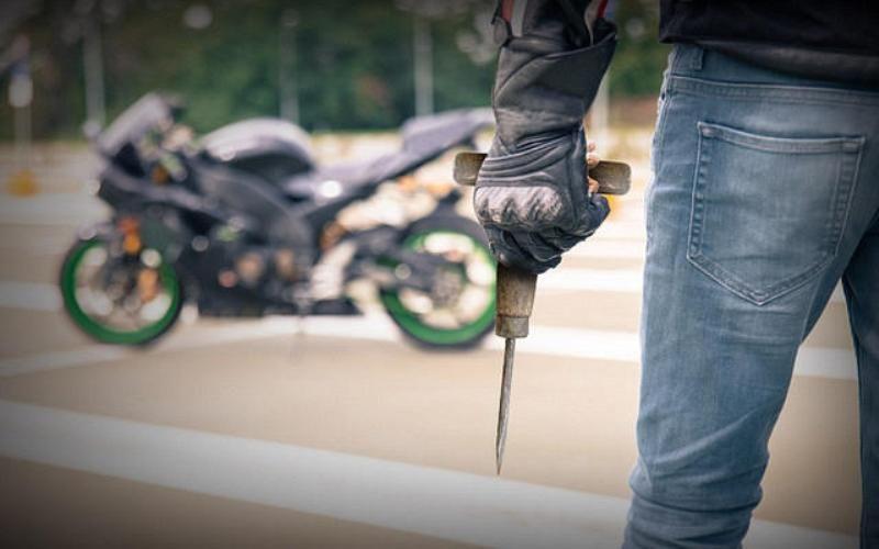 https: img.okezone.com content 2021 06 18 338 2427136 video-viral-pencuri-sepeda-motor-hanya-perlu-2-detik-jalankan-aksinya-qvEMsxbfpj.jpg