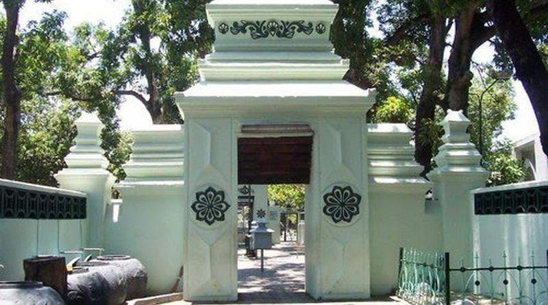 https: img.okezone.com content 2021 06 18 408 2427377 5-makam-bersejarah-di-surabaya-buat-wisata-religi-lGlcpXMmE9.jpg