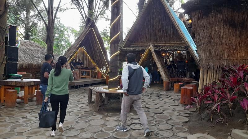 https: img.okezone.com content 2021 06 18 408 2427483 asyiknya-menikmati-wisata-alam-berpadu-kearifan-lokal-di-tengah-hutan-R67mZCiURL.jpg