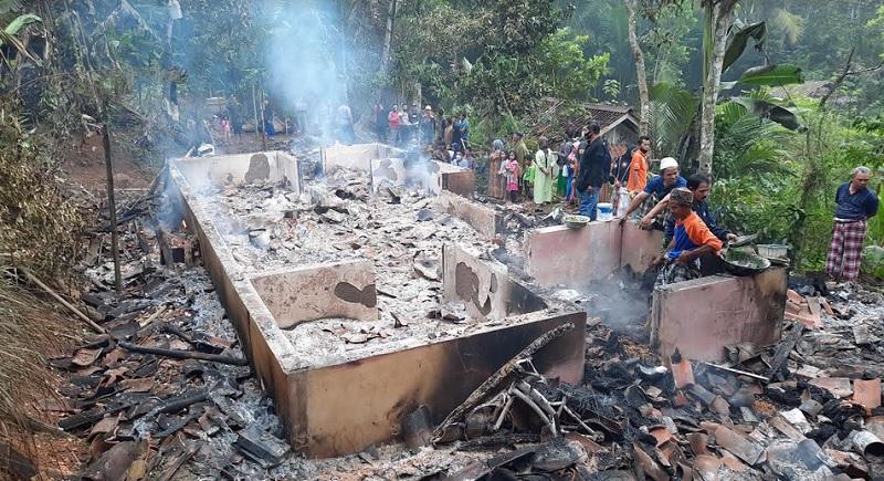 https: img.okezone.com content 2021 06 18 525 2427246 pulang-dari-pesantren-pria-ini-mengamuk-hingga-membakar-rumah-dan-musala-fOmLbITyN8.jpg