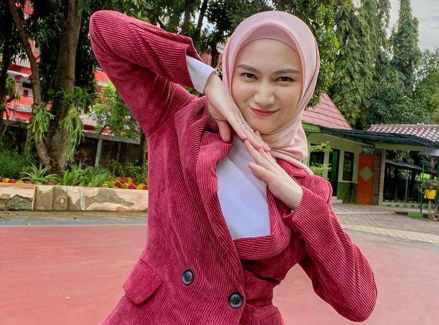https: img.okezone.com content 2021 06 18 617 2427127 makin-cantik-intip-5-ootd-hijab-simpel-nan-modis-ala-melody-laksani-eks-jkt48-bRZCcLR9dJ.jpg
