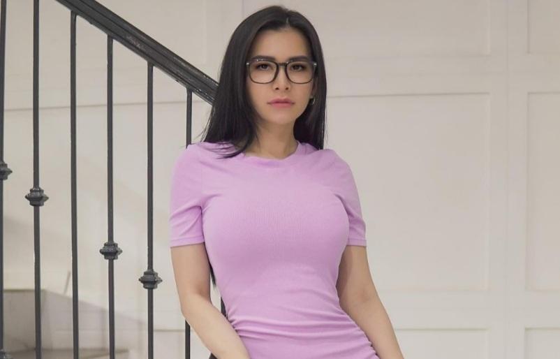 https: img.okezone.com content 2021 06 19 33 2427884 maria-vania-menggoda-pamer-bra-pink-gemas-deh-0RuXcPgx6Y.jpg