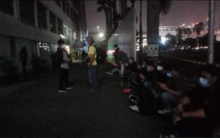 https: img.okezone.com content 2021 06 19 337 2427835 adelin-lis-segera-tiba-di-indonesia-gedung-kejagung-diserbu-awak-media-GnHnWZjAMp.JPG