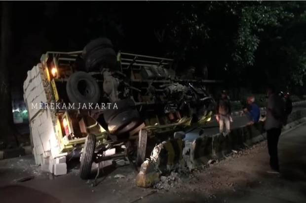 https: img.okezone.com content 2021 06 19 338 2427601 truk-terguling-usai-tabrak-separator-transjakarta-di-kebayoran-lama-0Z3T6XUixe.jpg