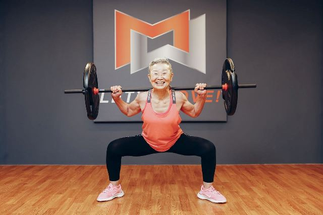 https: img.okezone.com content 2021 06 19 612 2427780 berusia-90-tahun-nenek-takimika-jadi-instruktur-aerobik-tertua-di-dunia-hPy5auzl3F.jpg