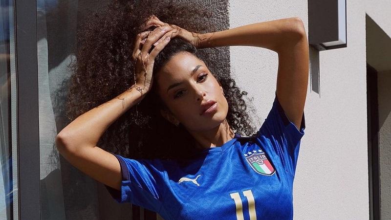 https: img.okezone.com content 2021 06 20 612 2428074 tampil-hot-wags-seksi-italia-ungkap-laga-final-euro-2020-impiannya-pKvtTn9lS9.jpg