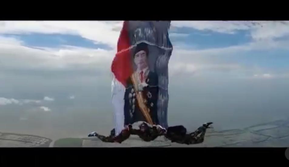 https: img.okezone.com content 2021 06 21 337 2428555 keren-marinir-tni-al-terjun-dari-pesawat-bentangkan-foto-jokowi-ucap-selamat-ulang-tahun-Pz4CHx8utv.jpg