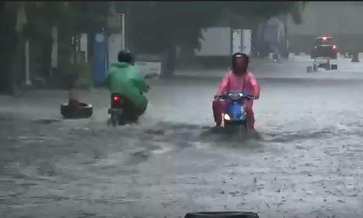 https: img.okezone.com content 2021 06 21 525 2428627 hujan-3-jam-kota-bandung-terendam-banjir-XoeWbGMX9P.JPG