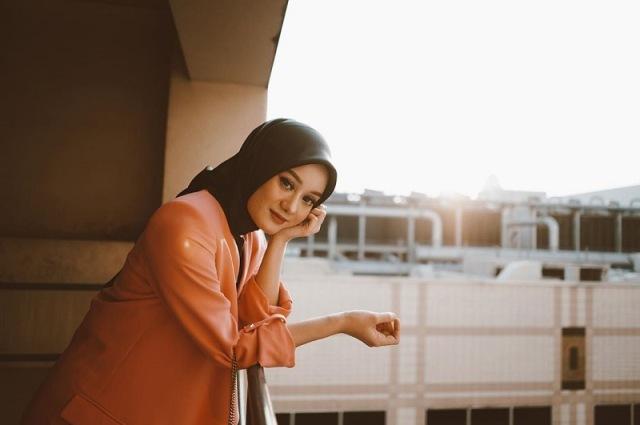 https: img.okezone.com content 2021 06 21 617 2428420 modis-dan-simpel-intip-4-gaya-hijab-dinda-hauw-yang-telah-resmi-jadi-ibu-mX8LF0SjA6.jpg