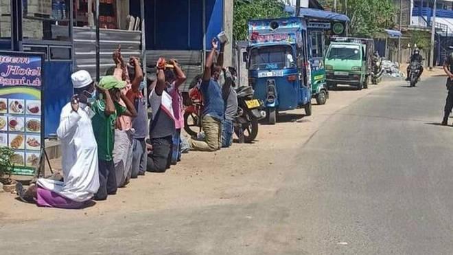 https: img.okezone.com content 2021 06 22 18 2428959 diduga-langgar-lockdown-muslim-sri-lanka-dipaksa-berlutut-dan-dipukuli-tentara-EONfeDH327.jpg