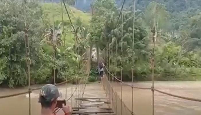 https: img.okezone.com content 2021 06 22 340 2429086 viral-aksi-nekat-warga-melintasi-jembatan-gantung-rusak-di-mamasa-sulbar-BQZIatSKiA.jpg
