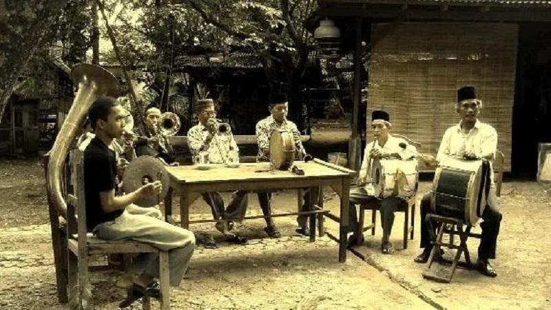 https: img.okezone.com content 2021 06 22 612 2429274 menilik-sejarah-suku-betawi-penduduk-asli-jakarta-sejak-masa-kolonial-belanda-zDW4TEy1pX.jpg
