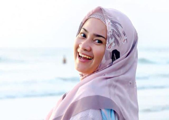 https: img.okezone.com content 2021 06 22 617 2428905 5-inspirasi-gaya-hijab-ala-pedangdut-ikke-nurjanah-stylish-dan-menawan-8kXn30DfOh.jpg