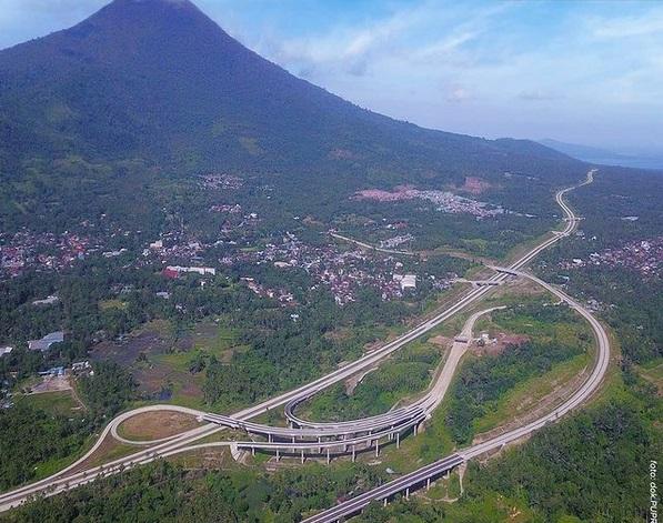 https: img.okezone.com content 2021 06 23 320 2429828 indahnya-pemandangan-jalan-tol-terpanjang-di-sulawesi-berlatar-gunung-klabat-4CYEMlNKz9.jpg