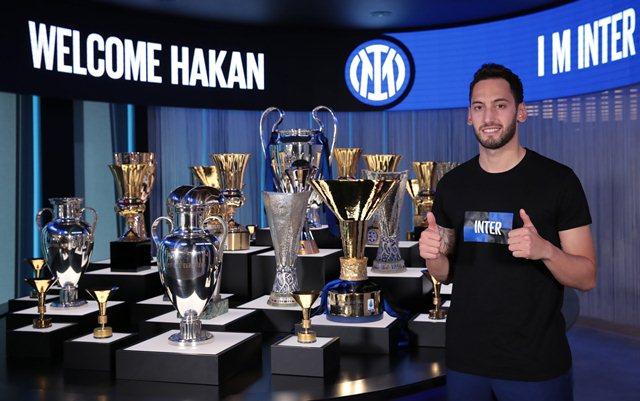 https: img.okezone.com content 2021 06 23 47 2429793 target-hakan-calhanoglu-bersama-inter-milan-juara-liga-champions-va99h2dL3J.jpg