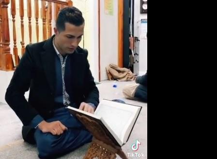 https: img.okezone.com content 2021 06 23 51 2429528 cristiano-ronaldo-pernah-baca-alquran-di-masjid-birmingham-ini-fakta-sebenarnya-LQeUNTJV1v.jpg