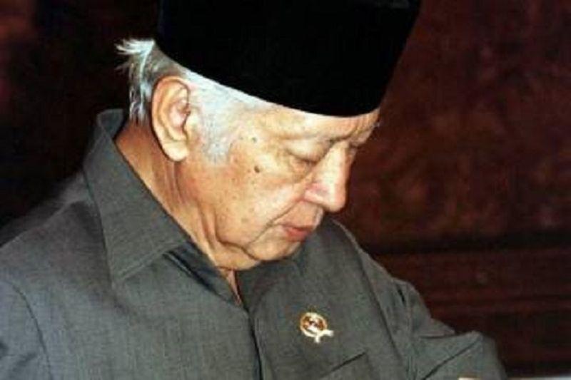 https: img.okezone.com content 2021 06 24 337 2430267 cerita-presiden-soeharto-tidak-pernah-kenakan-atribut-dan-bintang-ini-alasannya-31RojG3vDv.jpg