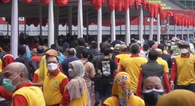 https: img.okezone.com content 2021 06 24 338 2430313 beredar-video-kerumunan-massa-di-stadion-patriot-ini-kata-anak-buah-pepen-zMo2Z1GwPa.jpg
