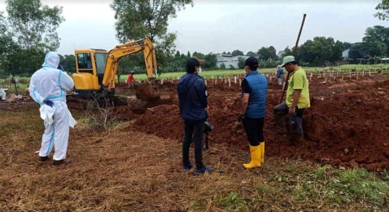 Petugas Kelelahan, Pemakaman Jenazah Covid-19 di Bekasi Gunakan Beko :  Okezone Megapolitan