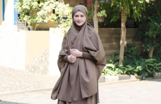 https: img.okezone.com content 2021 06 24 617 2430242 intip-4-gaya-hijab-sederhana-cut-meyriska-instan-dan-tetap-syari-Y1AsRqj2Yj.jpg