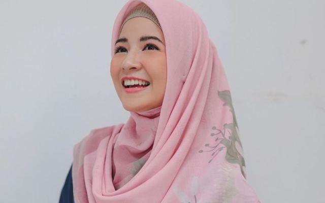 https: img.okezone.com content 2021 06 24 617 2430263 kasual-dan-stylish-intip-5-ootd-hijab-ala-natasha-rizky-ARIBwgDjTF.jpg