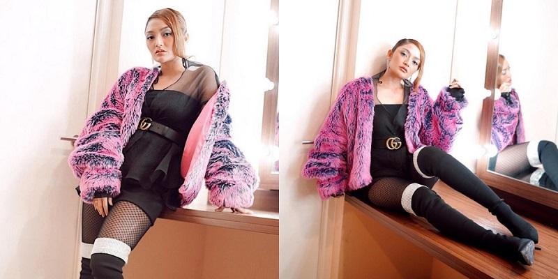 https: img.okezone.com content 2021 06 25 194 2430984 4-gaya-siti-badriah-dengan-kostum-panggung-seksi-dan-glamor-Q8zXGjrXsr.jpg