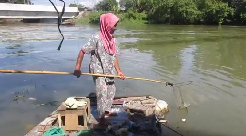 https: img.okezone.com content 2021 06 25 608 2430813 derita-nenek-atik-bertaruh-nyawa-mencari-sampah-di-sungai-untuk-bertahan-hidup-JW909trhnL.jpg