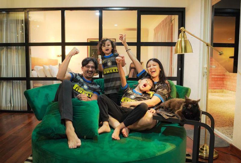 https: img.okezone.com content 2021 06 26 33 2431393 5-pasangan-artis-paling-romantis-se-indonesia-6JeHWn5Vip.jpg