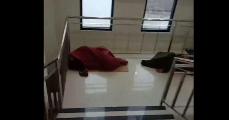 https: img.okezone.com content 2021 06 26 519 2431387 viral-pasien-covid-19-tidur-di-lantai-ini-penjelasan-dinkes-jatim-Jyd7uQrNWr.jpg