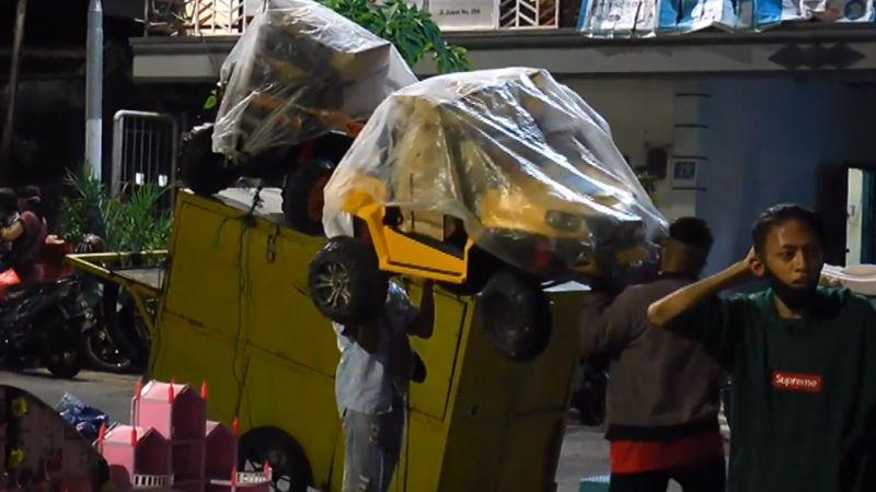 https: img.okezone.com content 2021 06 27 519 2431740 ppkm-mikro-pedagang-di-surabaya-protes-dibubarkan-petugas-rakyat-itu-ngenes-menangis-3fk292nxrH.jpg