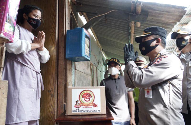 Polisi Imbau Warga Muara Angke Disiplin Prokes di Tengah Lonjakan Corona :  Okezone Megapolitan
