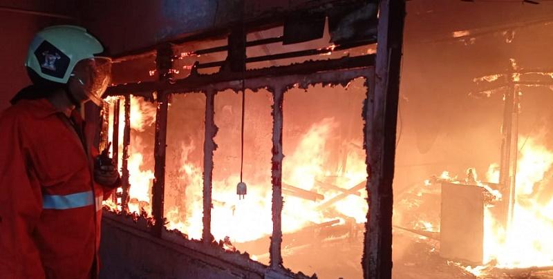 https: img.okezone.com content 2021 06 28 338 2431848 rumah-dekat-stasiun-kemayoran-terbakar-18-damkar-dikerahkan-HCCygSnvDS.jpg