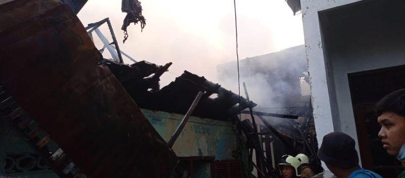 https: img.okezone.com content 2021 06 28 338 2431851 kebakaran-di-dekat-stasiun-kemayoran-landa-8-rumah-Zk6aHtbr3w.jpg