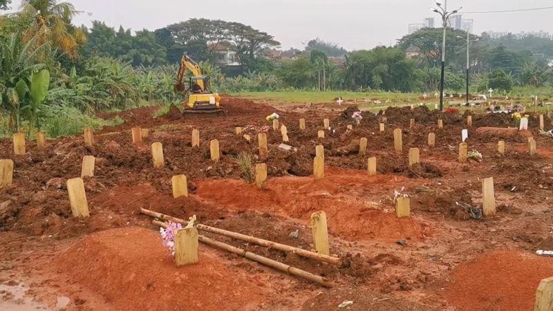https: img.okezone.com content 2021 06 29 338 2432478 penggali-kubur-korban-covid-kewalahan-bupati-tangerang-tambah-petugas-51NuLKHAuI.jpg
