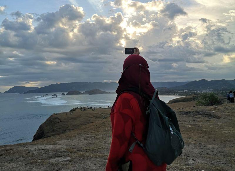 https: img.okezone.com content 2021 06 29 549 2432421 tips-solo-traveling-aman-dan-nyaman-di-kantong-ala-travel-blogger-NblsR0PvFX.jpg
