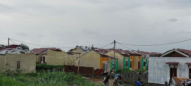 https: img.okezone.com content 2021 06 29 608 2432502 puting-beliung-rusak-puluhan-rumah-seorang-bocah-tewas-tertimpa-reruntuhan-jYSmAm6ppf.jpg