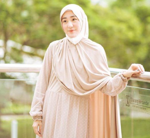 https: img.okezone.com content 2021 06 29 617 2432716 5-potret-gaya-hijab-syari-larissa-chou-modis-dan-stylish-nwxY0LM8De.jpg